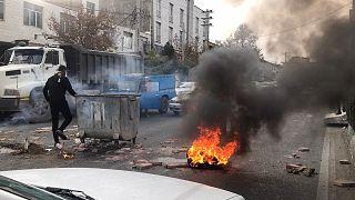 İran'da benzin zammını protesto gösterileri büyüyor: Sircan şehrindeki eylemde 1 kişi öldü