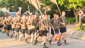 Soldados chinos limpian las calles en Hong Kong en una jornada de calma tensa