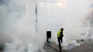 "Gás lacrimogéneo no aniversário dos ""coletes amarelos"""