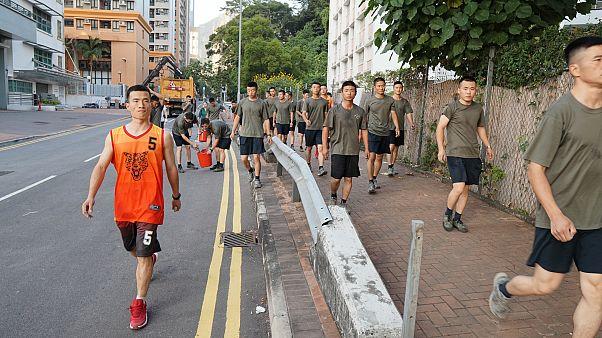 """شاهد: الجيش الصيني ينشر جنوده في هونغ كونغ """"لتنظيف الشوارع"""""""