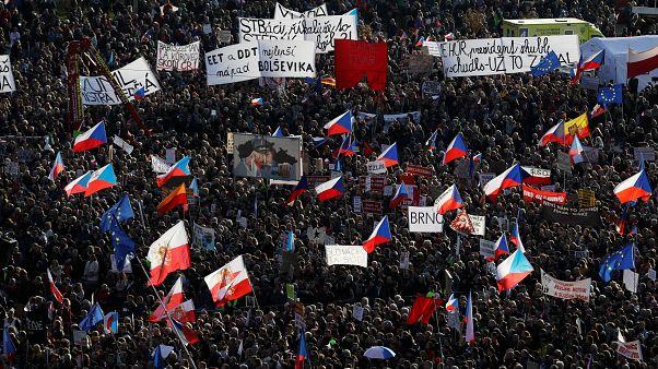 عشية ذكرى الثورة .. احتجاجات في براغ للمطالبة باستقالة رئيس الوزراء المتهم في قضايا فساد