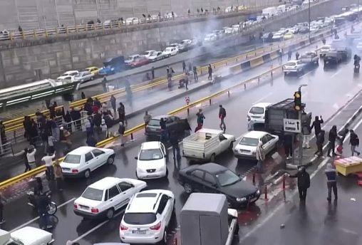Útblokád az iráni benzináremelés miatt