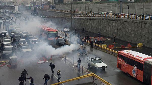 الشرطة الغيران تطلق الغاز المسيل للدموع على المتظاهرين لتفريقهم - طهران - 2019/11/16 -