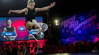 """شاهد: الفرنسية دونشي تخطف لقب """"ريد بول"""" لكرة القدم الإستعراضية بأداء مبهر رغم الإصابة"""