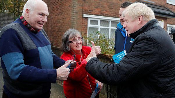 El Primer Ministro de Reino Unido, Boris Johnson habla con la gente mientras hace campaña electoral en Mansfield, Reino Unido, el 16 de noviembre de 2019.