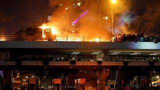 Foto tomada durante los enfrentamientos ante la Universidad Politécnica de Hong Kong (PolyU) en Hong Kong, China, el 17 de noviembre de 2019.