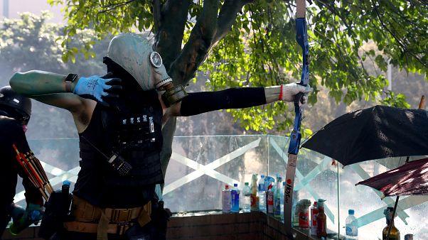 Hong Kong'taki protestolarda bir polis yaydan atılan okla yaralandı