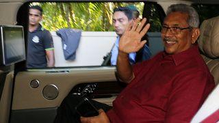 El presidente electo Gotabaya Rajapaksa saluda a sus partidarios cuando sale de su casa en Colombo, Sri Lanka, el 17 de noviembre de 2019.