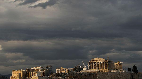 Μαύρα σύννεφα πάνω από την Ακρόπολη