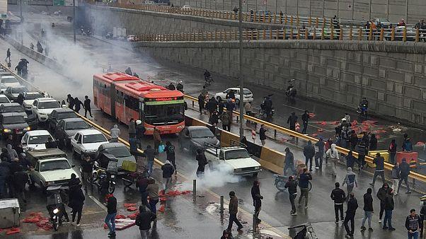 Başkent Tahran'da göstericiler yolları kapattı