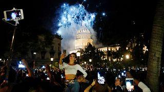 Una mujer se toma una foto mientras cerca del Capitolio durante las celebraciones del 500 aniversario de la ciudad de La Habana, Cuba, el 16 de noviembre de 2019.