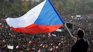 """Юбилей """"бархатной революции"""" на фоне массовых протестов"""