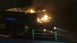 Hongkong: Nach Brandsätzen von Demonstranten - Polizei droht mit scharfer Munition
