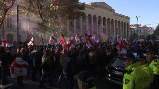 شاهد: احتجاجات أمام برلمان جورجيا بعد فشل النواب تمرير إصلاحات على قانون الانتخابات