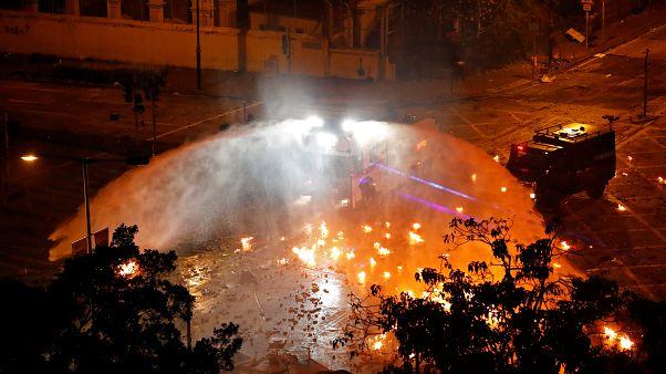 """شرطة هونغ كونغ تصعد وتتوعد باستخدام """"الرصاص الحي"""" بعد إصابة شرطي بسهم"""