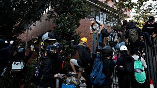 Duros enfrentamientos en la universidad de Hong Kong