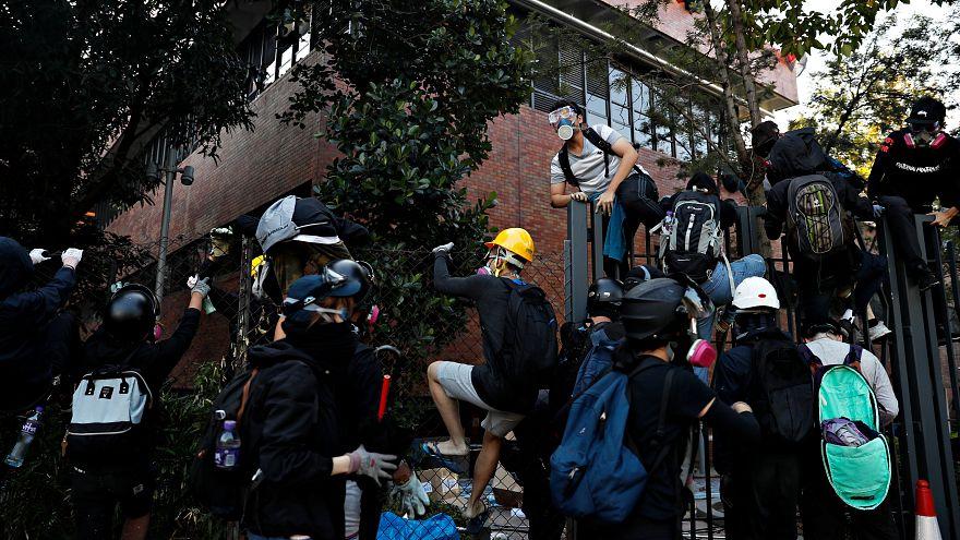 Confrontos violentos em Hong Kong
