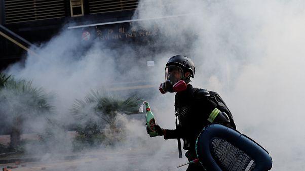 Ein Demonstrant schützt sich mit Gasmaske vor dem Rauch