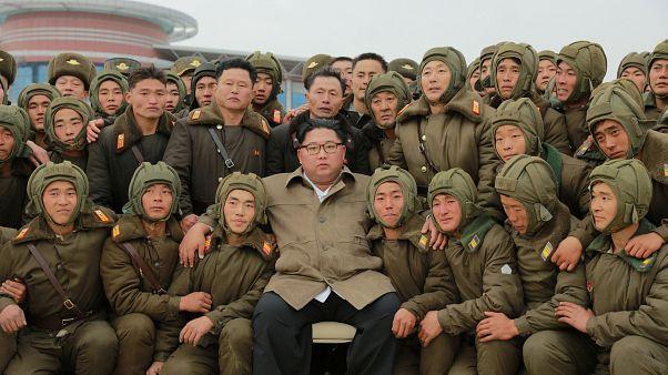 KCNA tarafından tarihsiz paylaşılan fotoğrafta Kuzey Kore lideri Kim ülkesinin Hava Kuvvetleri askerleri ile birlikte