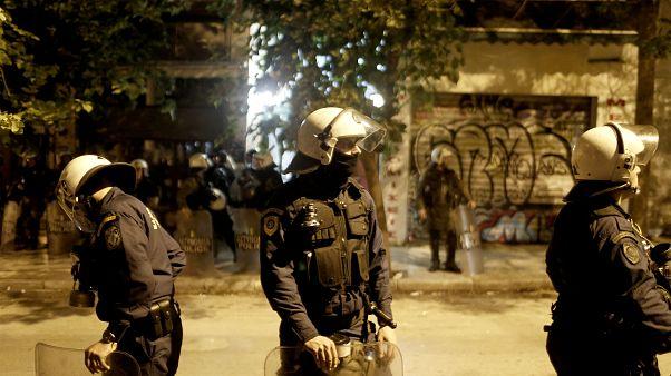 Άνδρες της αστυνομίας κάνουν ερεύνα σε πολυκατοικία στην οδό Στουρνάρη στα Εξάρχεια, Κυριακή 17 Νοεμβρίου 2019