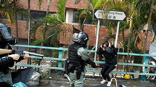 Hong Kong'da polis üniversitesi kampüsünde toplanan göstericilere müdahale etti