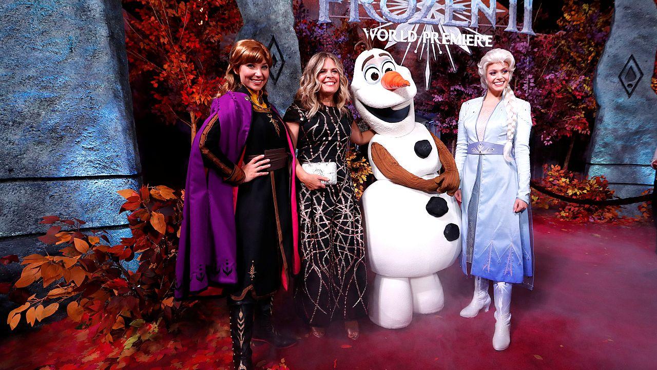 """La directora Jennifer Lee posa en el estreno de la película """"Frozen II"""" en Los Ángeles, California, EE.UU., el 7 de noviembre de 2019."""