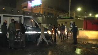 شاهد: شاحنةٌ محمّلة بـ52 مهاجراً تقتحم الحدود المغربية مع سبتة الإسبانية