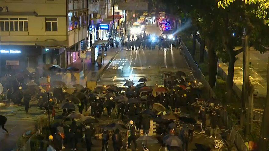 Hong Kong : des manifestants parviennent à fuir l'université assiégée