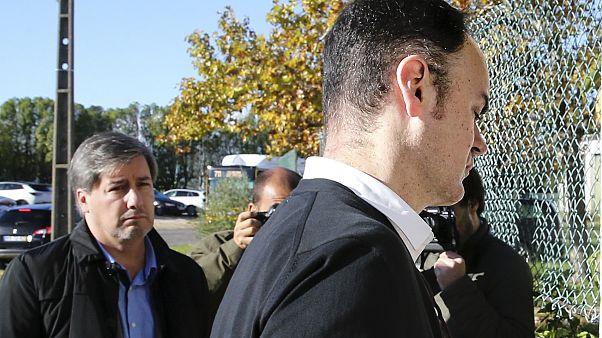 O arguido Bruno Jacinto (D), ladeado pelo ex-presidente do Sporting, Bruno de Carvalho
