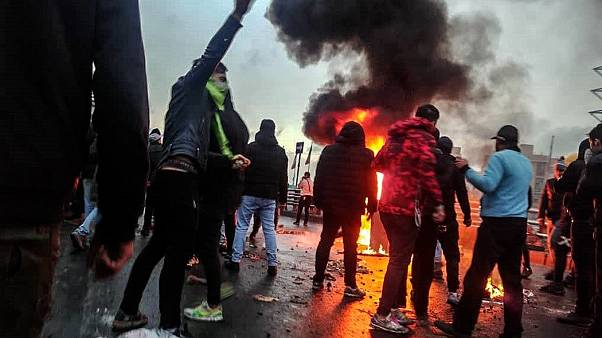 عباس عبدی به یورونیوز: دلیلی ندارد که معترضان مسئولانه حرف زده یا رفتار کنند