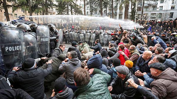 Rohamrendőrök vetettek véget a tüntetésnek Tbilisziben