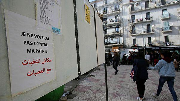 ملصقات الانتخابات الرئاسية في الجزائر- أرشيف رويترز