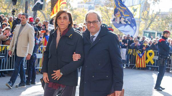 Quim Torra acompanhado pela mulher, Carola Miro, à saída do tribunal