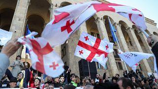 Arányos, pártlistás választási rendszert követelnek a tüntetők Tbilisziben