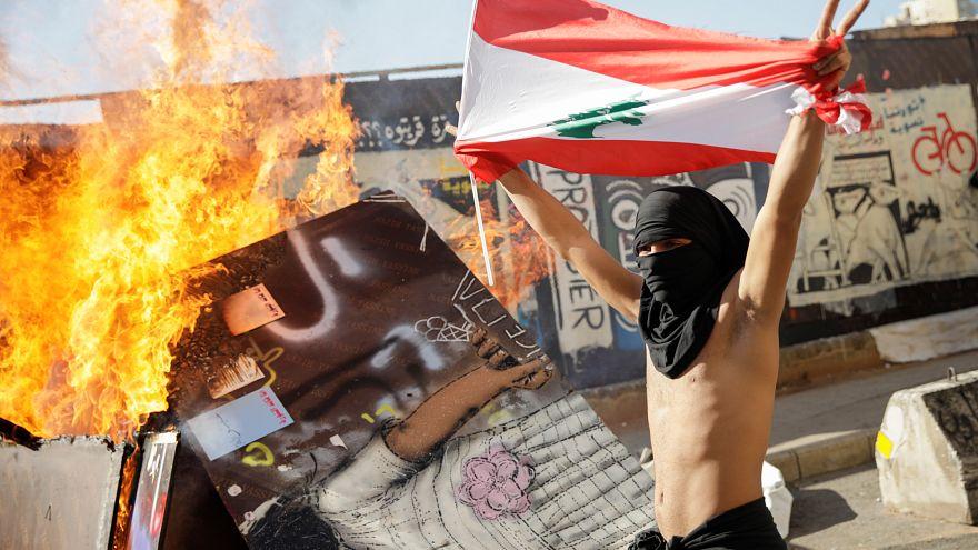 Libano, continua la protesta davanti al parlamento