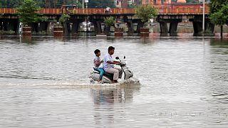 Hindistan'daki muson yağmurlarında en az 2 bin 400 kişi hayatını kaybetti