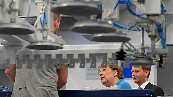 المستشارة الألمانية أنيجلا ميركل تزور أحد المصانع في البلاد