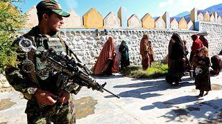 Szabadon engedtek két nyugati túszt a tálibok
