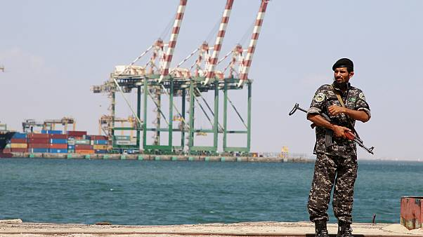 جندي يمني بالقرب من ميناء عدن، اليمن- أرشيف رويترز