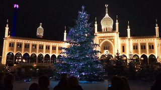 A Copenhague, un sapin de Noël couvert de 3 000 cristaux Swarovksi