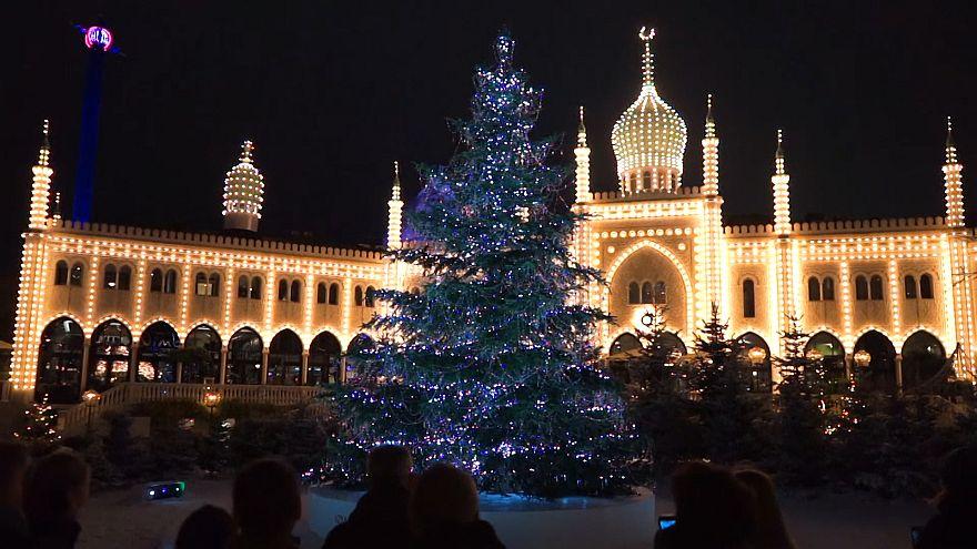 ویدئو؛ درخت ۱۰ متری کریسمس با کریستالهای گرانقیمت در باغ تیوولی کپنهاگ