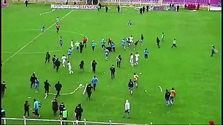 شاهد: مباراة كرة قدم تتحول إلى ساحة قتال في بيرو