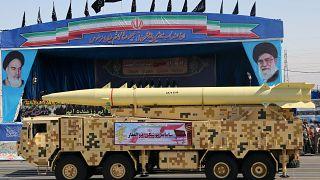 İran ordusuna bağlı askeri birlikler, füze, tank ve silah sistemleri eşliğinde, üst düzey askeri yetkililerin bulunduğu protokolün önünden geçiş yaptı.