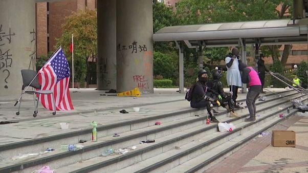 شاهد: عشرات المتظاهرين يتحصنون في جامعة البوليتيكنيك في هونغ كونغ