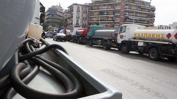 Βυτιοφόρα παρκαρισμένα σε δρόμο της Θεσσαλονίκης (ΑΡΧΕΙΟΥ