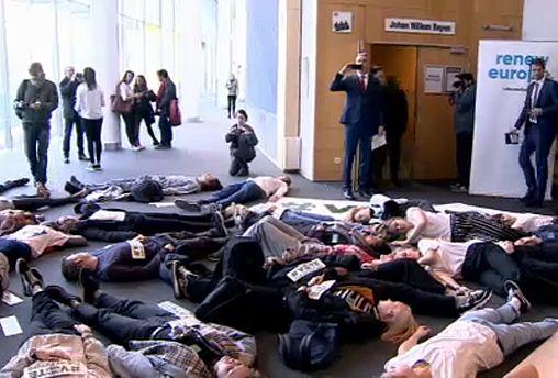 """The Brief from Brussels: Klimaproteste und """"Die-In"""" im EU-Parlament"""