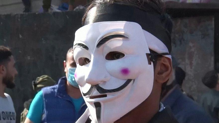 شادی جوانان معترض عراقی روی پل بسته شده