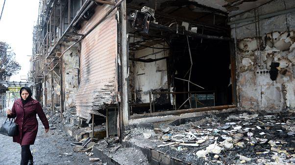 İran'da benzin zammına karşı düzenlenen gösterilerde bazı akaryakıt istasyonları ile banka şubeleri zarar gördü