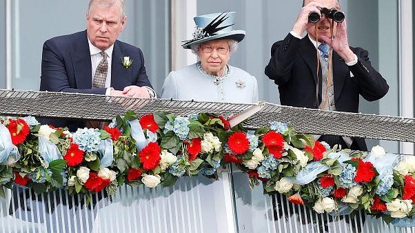 İngiltere Prensi Andrew cinsel suçtan hükümlü Epstein'le arkadaşlığı yüzünden resmi görevden çekildi