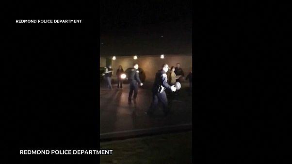 شاهد: الشرطة الأمريكية تتلقى بلاغا لإيقاف شباب يلعبون كرة السلة فتنضم إليهم